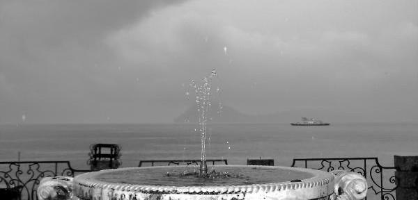 Novembre-in-bianco-e-nero-con-pioggia-e-fontana.jpg
