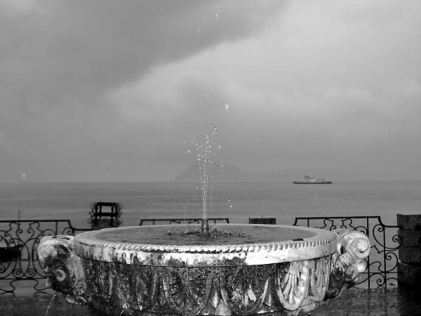 Novembre in bianco e nero con pioggia e fontana